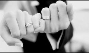 指切りする男女の手