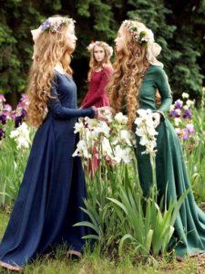 花を持つ女性3人